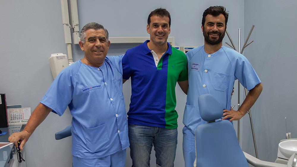 Esteban, portero del Real Oviedo CF, en la Clínica Dental Rehberger - López-Fanjul, con el Dr..Rehberger Olivera y el Dr. Rehberger Bescós
