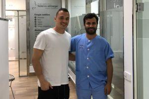 Alfonso Herrero realizando estudio de bruxismo en la clinica dental con federico rehberger