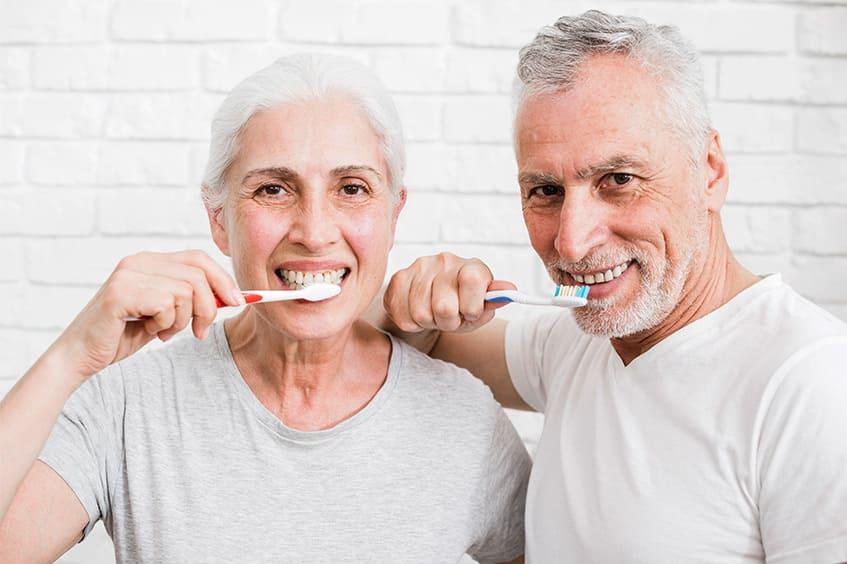 lavarse los dientes cuidar implantes dentales clinica rehberger asturias