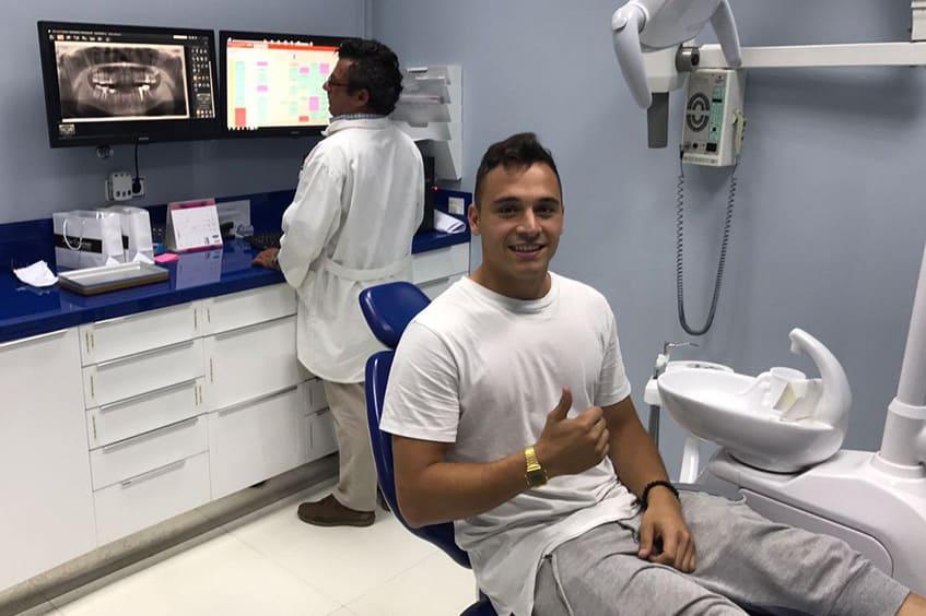 Alfonso-Herrero-jugador-del-real-oviedo-en-la-clinica-dental-rehberger
