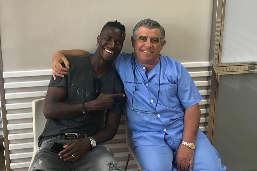 Ibrahima-Balde-jugador-del-real-oviedo-en-la-clinica-dental-rehberger
