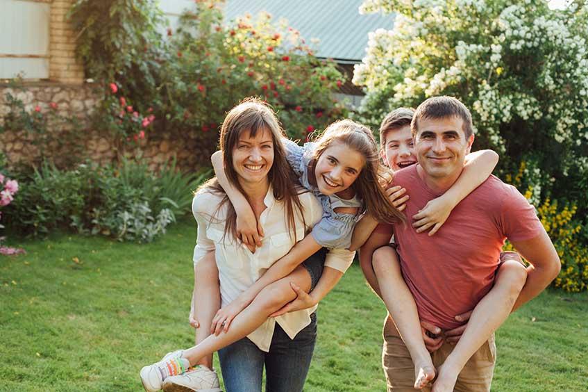 familia-feliz-sonrisas-en-asturias