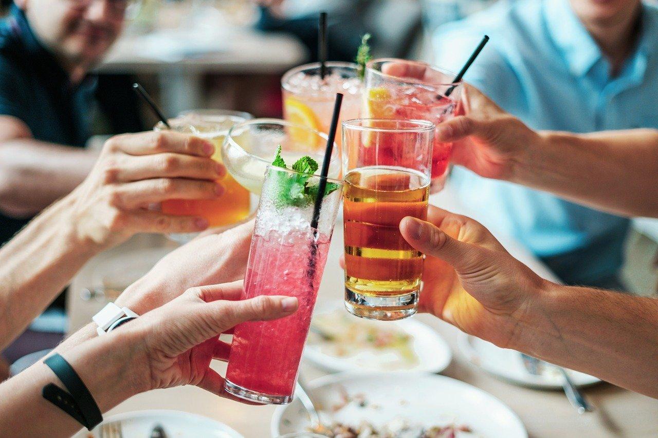 Reunión de personas tomando refrescos