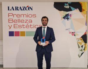 Foto de Federico Rehberger con el premio Belleza y Estética